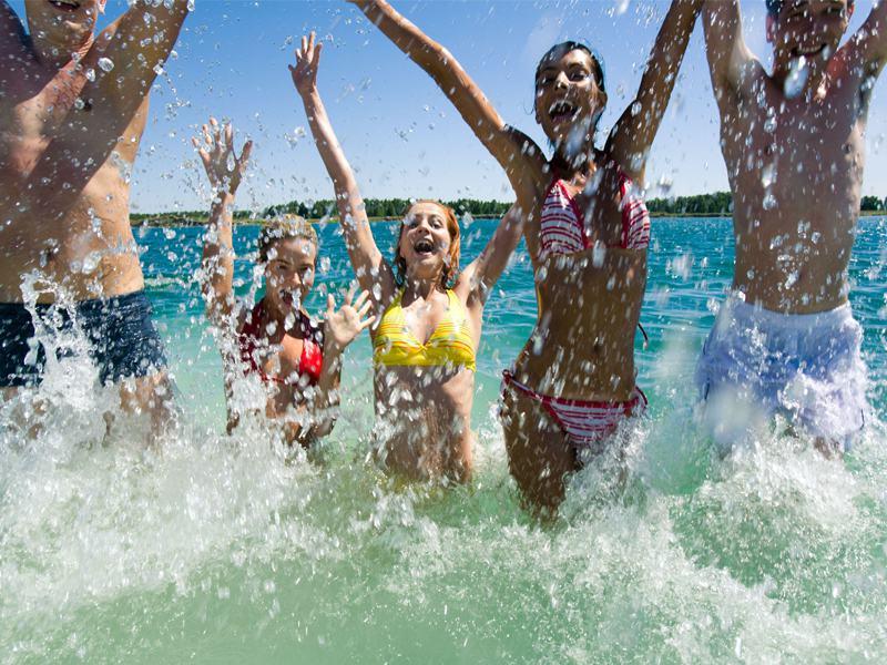 groupe d'adolescents heureux de se baigner en colo