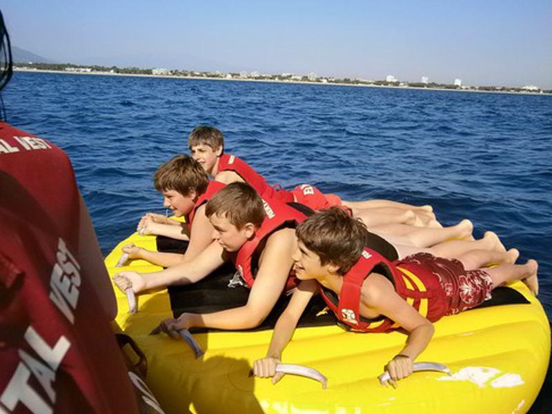 Enfants sur une bouée tractée en colo cet été