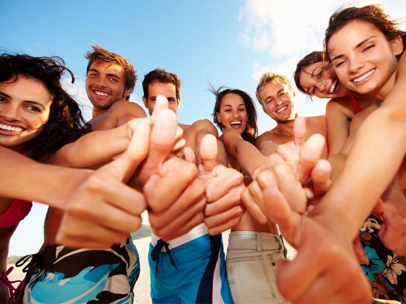 Groupe d'adolescents satisfaits de la colonie de vacances surf à l'océan été
