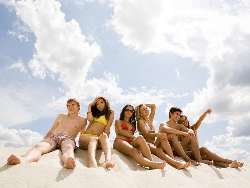 Groupe d'ados à la plage en colo à l'océan