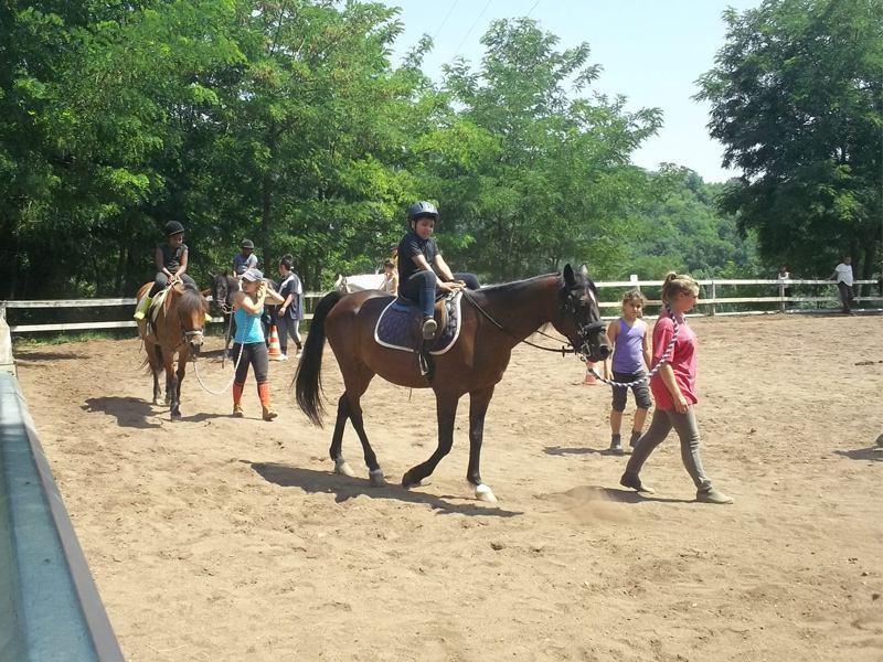 Enfants à cheval en colonie équitation