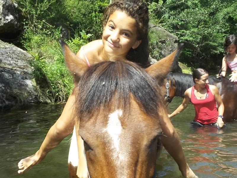 Balade à cheval dans l'eau en colonie de vacances