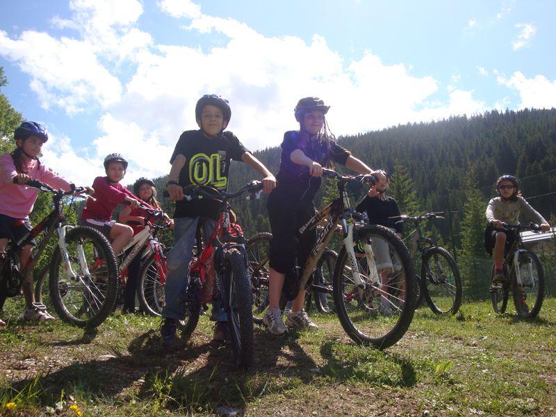 Groupe d'enfants et ados en balade à vélo en colonie de vacances