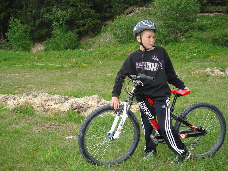 Enfant à vélo à la campagne en colonie de vacances