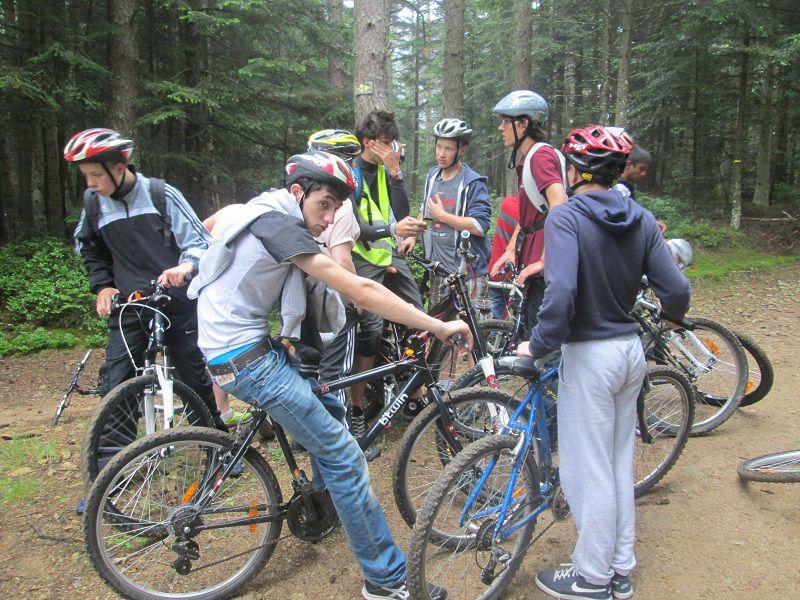 Groupe d'ados en colonie de vacances en balade à vélo