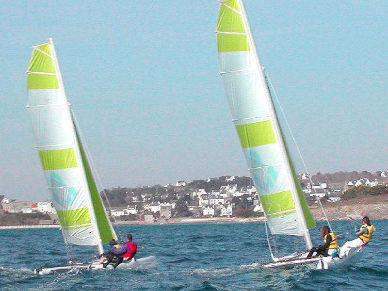 Adolescents découvrant la voile en colonie de vacances
