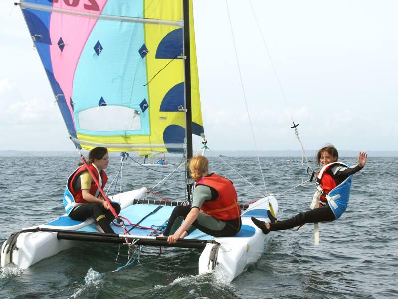 Enfants en catamaran en colonie de vacances été