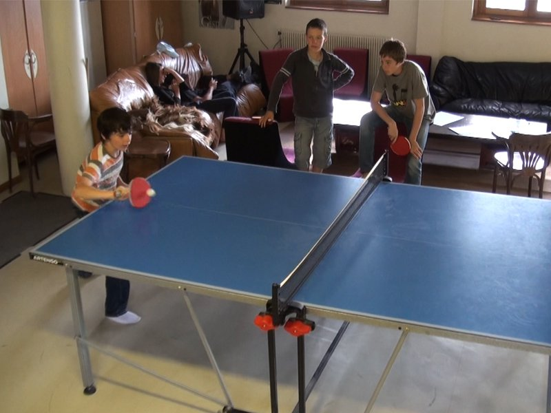 Enfants jouant au tennis de table en colonie