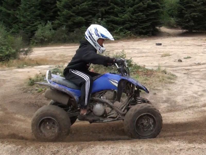 Ado conduisant un quad en colonie de vacances d'été