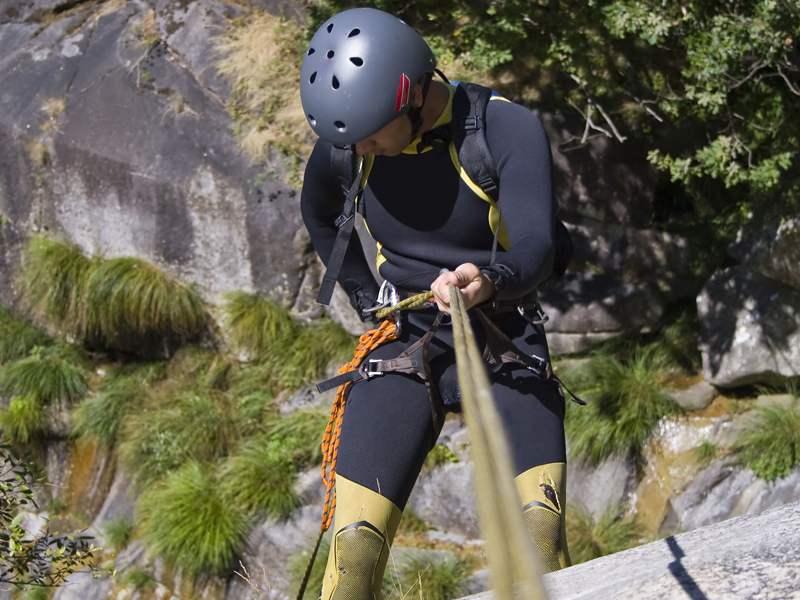 Ado pratiquant le canyoning en en colonie de vacances