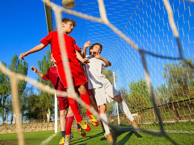 Enfants jouant au football en colonie de vacances d'été