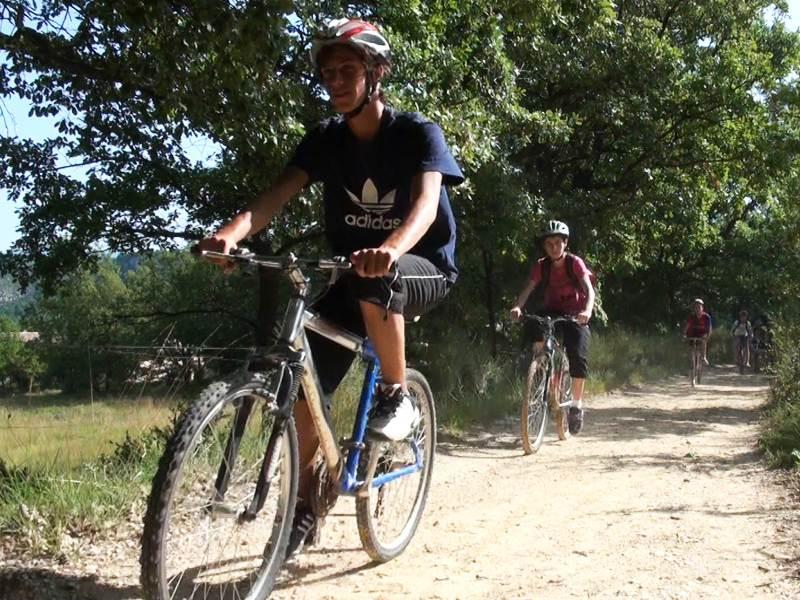 Enfants à vélo en balade en colonie de vacances cet été