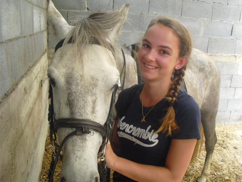 Adolescente et son cheval en colonie de vacances à Courchevel cet été