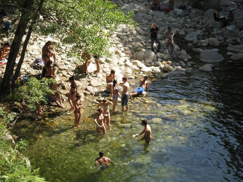Adolescents en colonie de vacances en Corse se baignant dans la rivière
