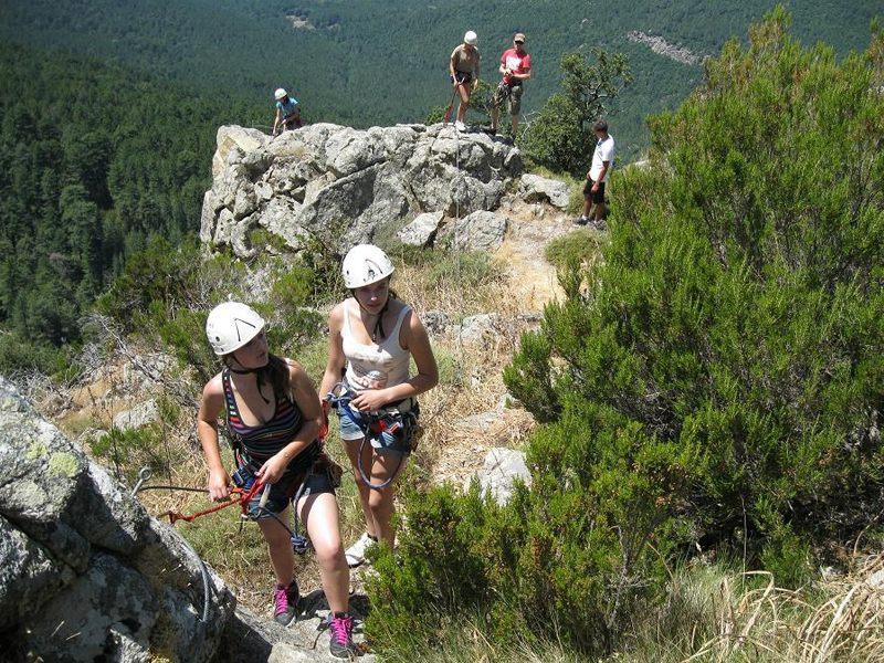 adolescents pratiquant la via ferrata cet été en colonie de vacances en Corse