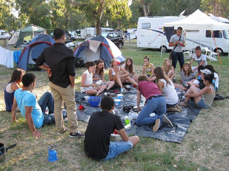 adolescents en colonie de vacances en Corse en bivouac