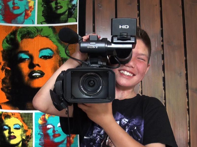 Enfant en train de filmer en colonie de vacances cinéma été