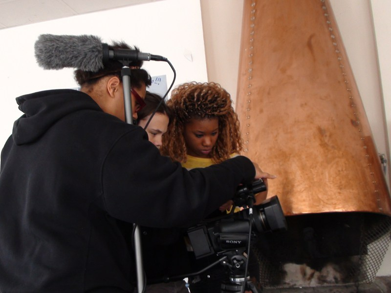 Groupe d'ados apprenant à faire un tournage de court métrage en colonie de vacances
