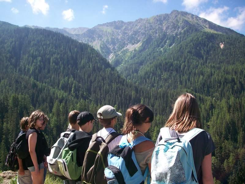 Groupe de preados en randonnée à la montagne à Courchevel en colonie de vacances