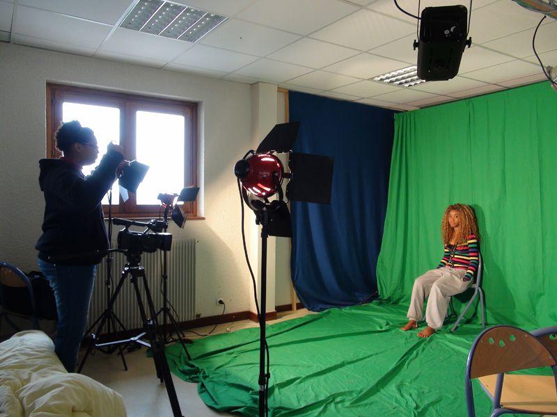 Adolescentes faisant un tournage sur fond vert en colonie de vacances cinéma été