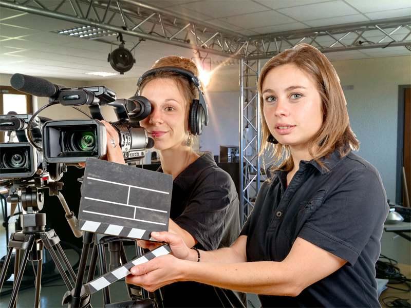 Adolescentes apprenant à tourner un court métrage en colonie de vacances à courchevel cet été