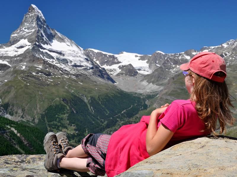 Jeune fille observant les montagnes de Courchevel en été