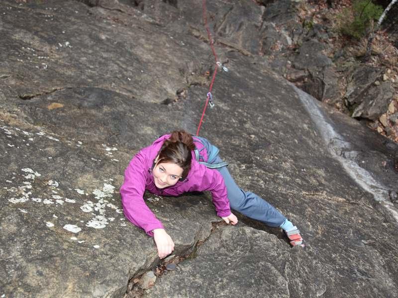 Adolescente faisant de l'escalade en montagne en colonie de vacances à Courchevel