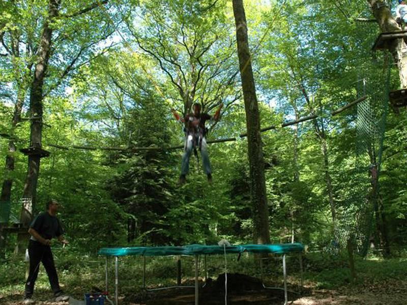 Adolescent faisant du trampoline en colo été à la montagne