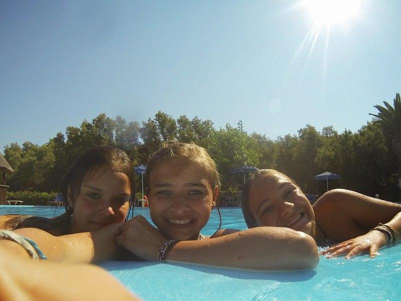 Trois jeunes filles se baignant cet été en colonie de vacances à la montagne