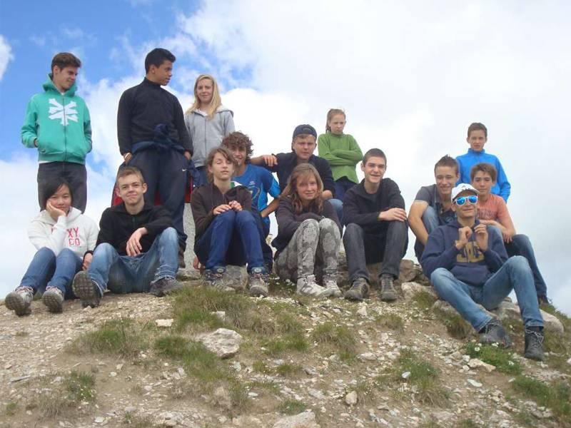 Groupe d'ados en randonnée à la montagne en colonie de vacances
