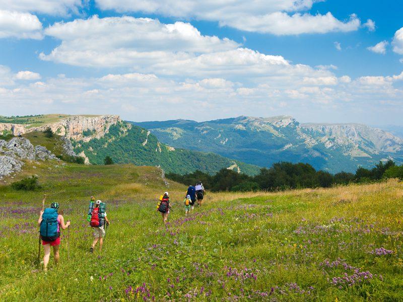 Adolescents en randonnée en colonie de vacances à Courchevel en été