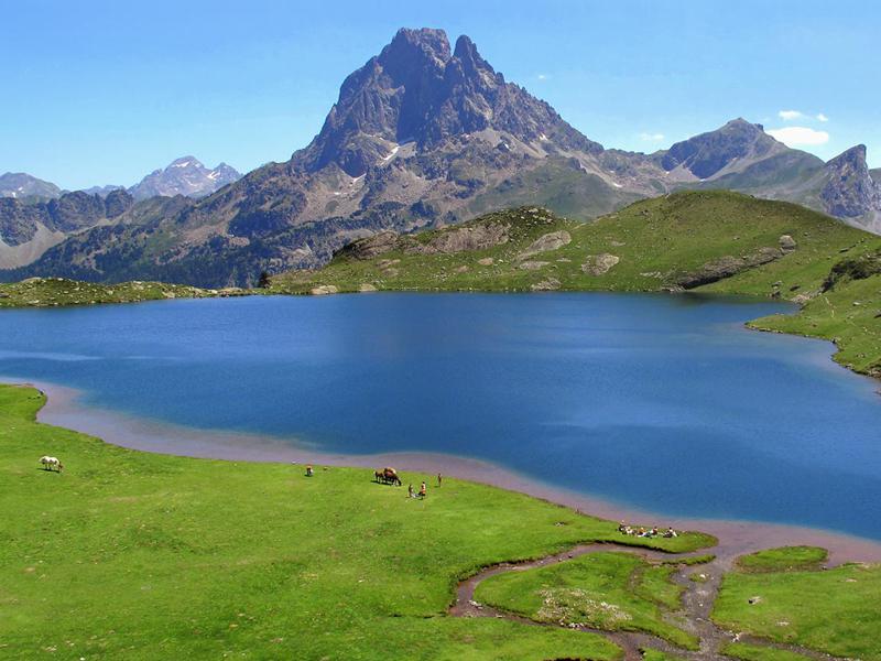 Vue sur un lac de montagne en colonie de vacances été