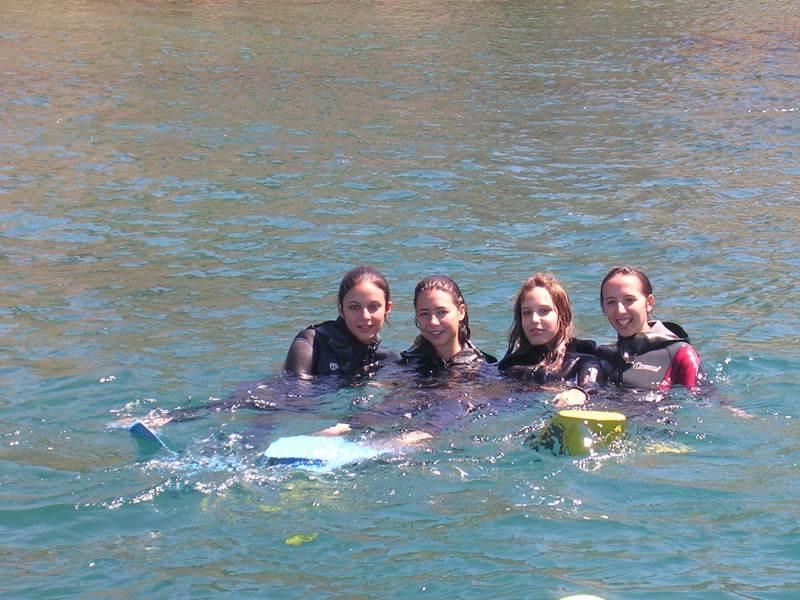 Groupe d'ados se baignant en colonie de vacances d'été à la montagne