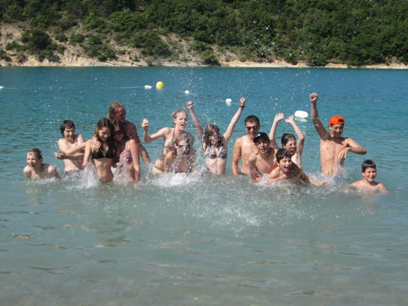 Groupe d'enfants se baignant en colonie de vacances d'été à la montagne