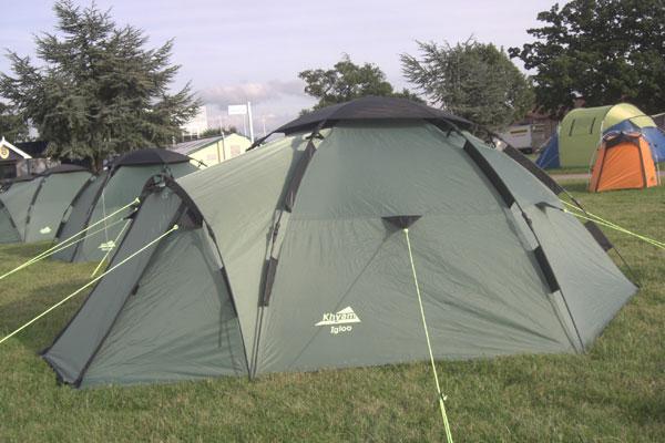 Vue sur le campement de tentes en colonie de vacances d'été à la montagne