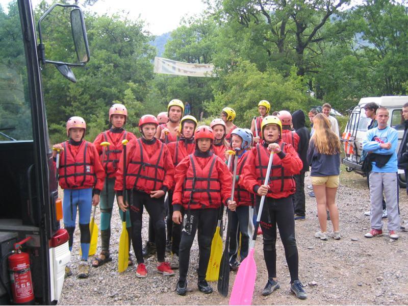 Groupe d'enfants en tenue de canoe kayak en colonie de vacances à la montagne cet ét