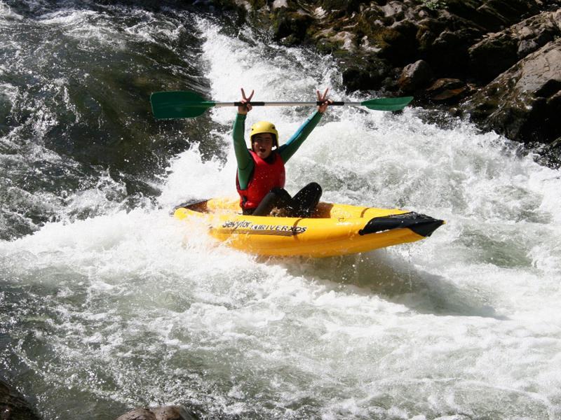 Adolescent heureux de faire du canoe kayak en colo