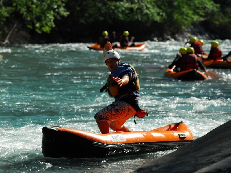 Adolescents faisant du canoe kayak à la montagne en colonie de vacancesd 'été