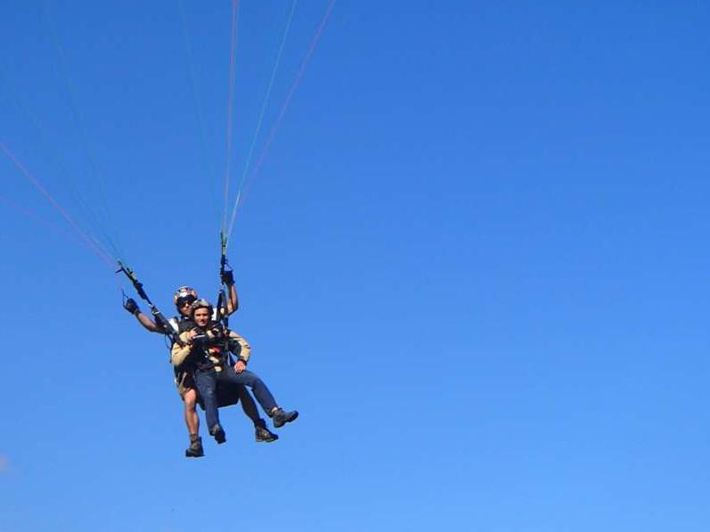 Enfant dans les airs faisant du parapente à Courchevel à la montagne cet été