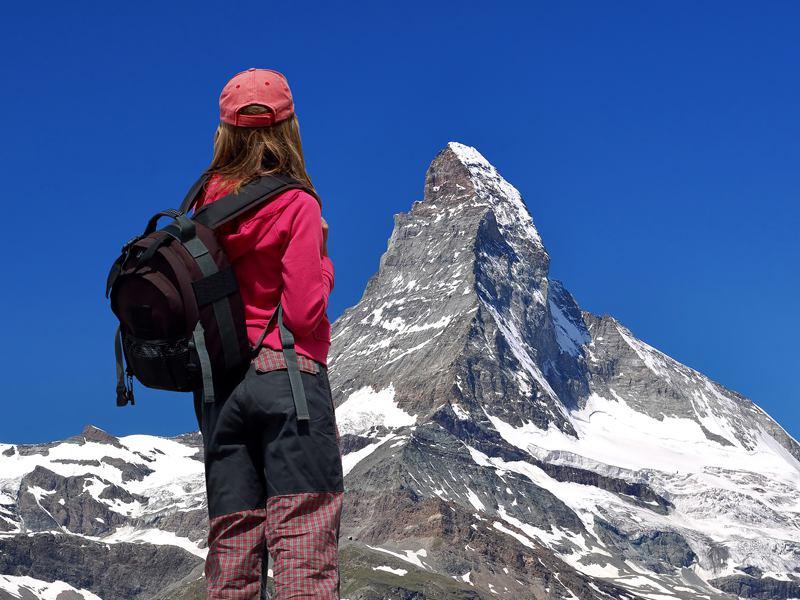 Jeune fille observant les montagnes de Courchevel cet été