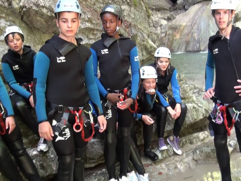 Groupe d'adolescents équipés pour faire du canyoning en colonie de vacances cet été