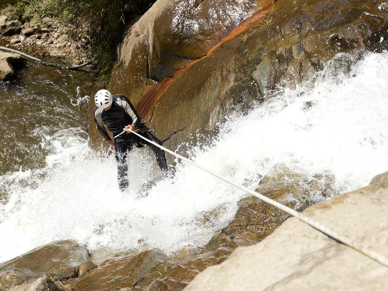Adolescent faisant du canyoning en colo