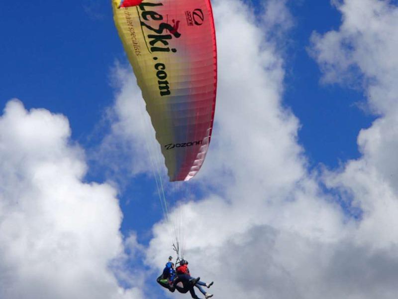 Enfants dans les airs en parapente en colonie de vacances à Courchevel cet été