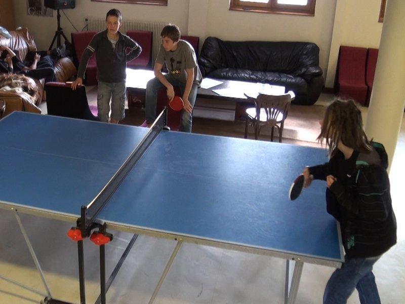 Adolescents en colo jouant au ping pong
