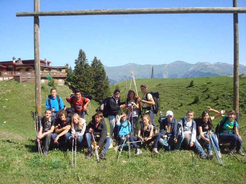 Groupe d'enfants et ados en colonie de vacances à la montagne