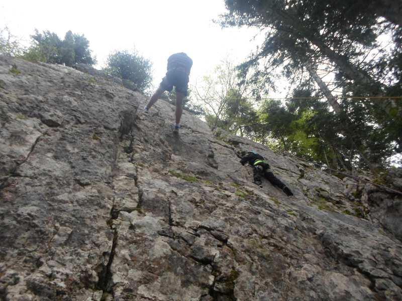 Enfant descendant en rappel en colonie de vacances escalade à la montagne été