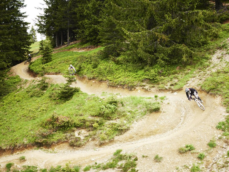 Ado faisant du vélo en colo à la montagne cet été