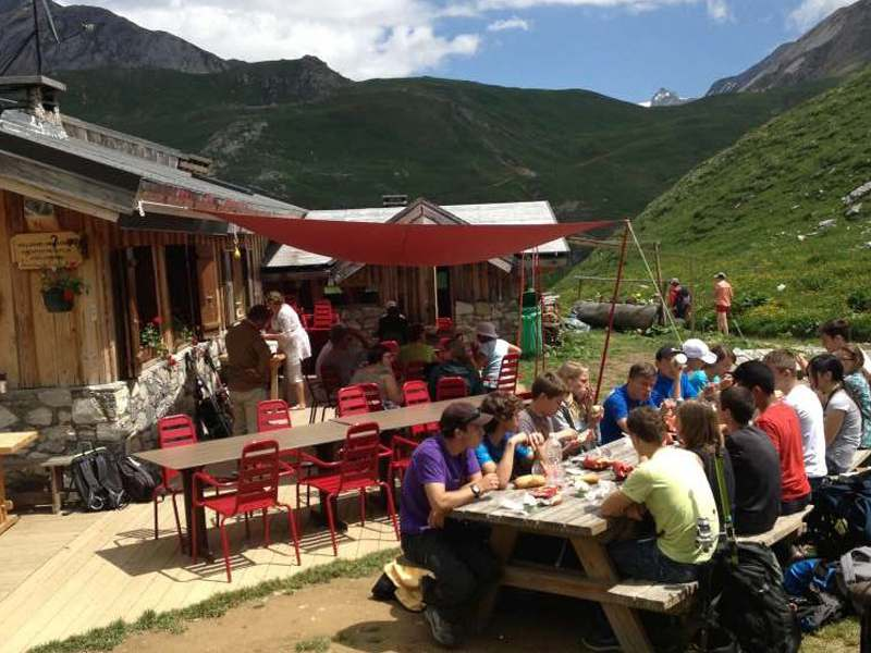 Adolescents à table à courchevel en colo montagne été