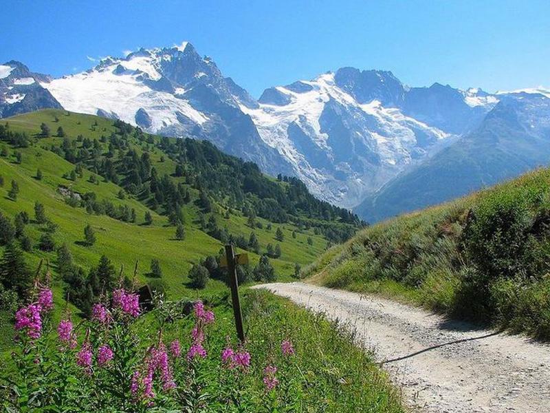 Vue sur les montagnes de courchevel en été
