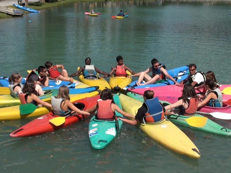 Groupe d'efnants faisant du canoe kayak en colonie de vacances à Courchevel